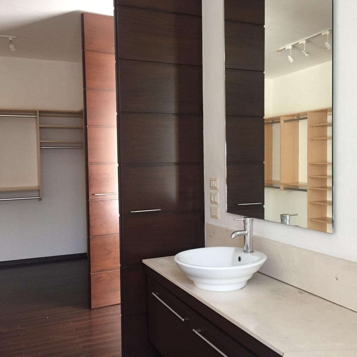 14 de 43: baño principal con amplio vestidor