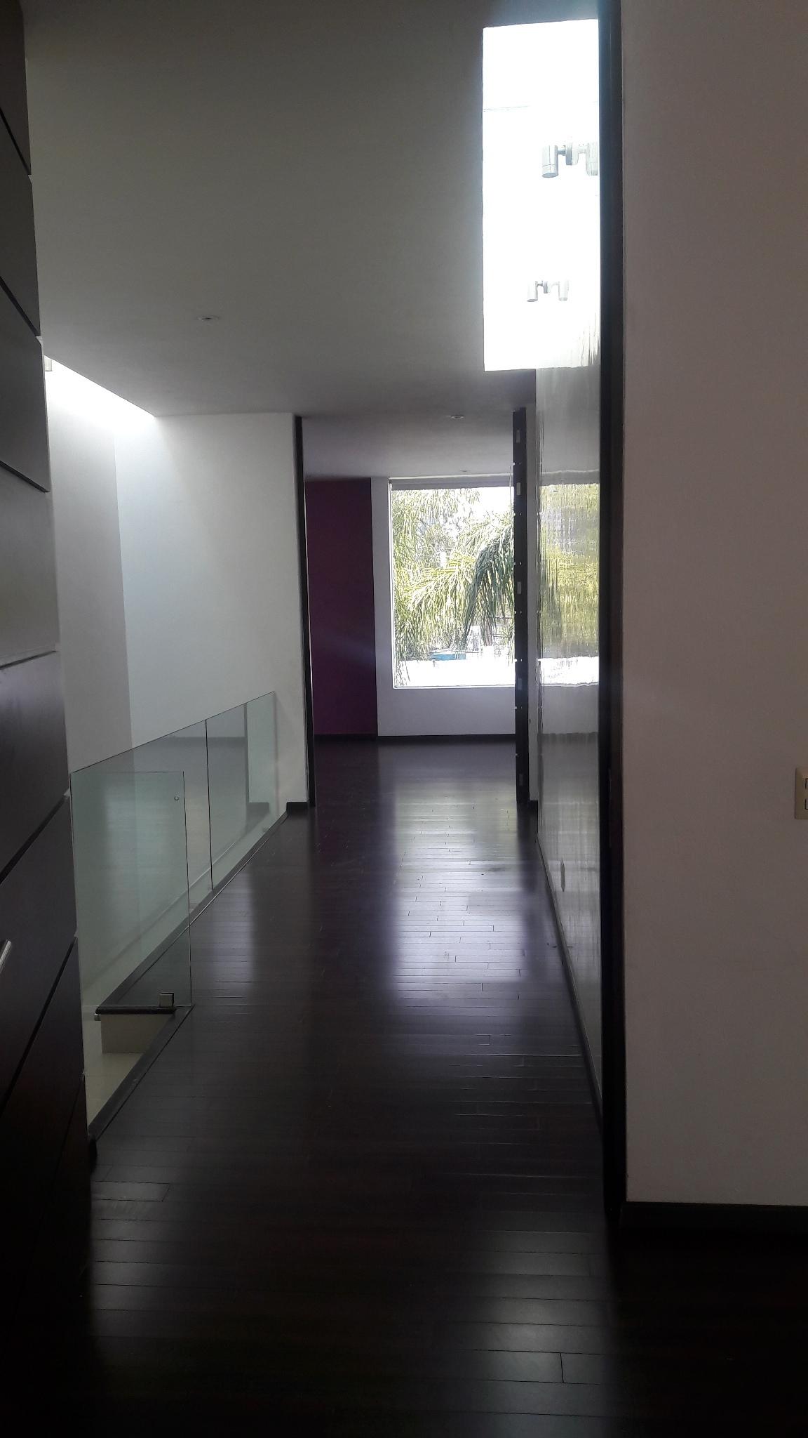 19 de 43: pasillo del segundo piso todo en madera