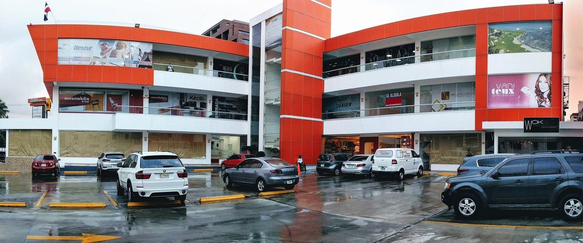 1 de 2: Plaza Comercial