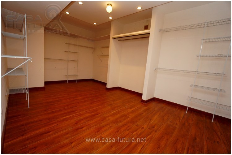 18 de 28: Walking closet habitacion principal