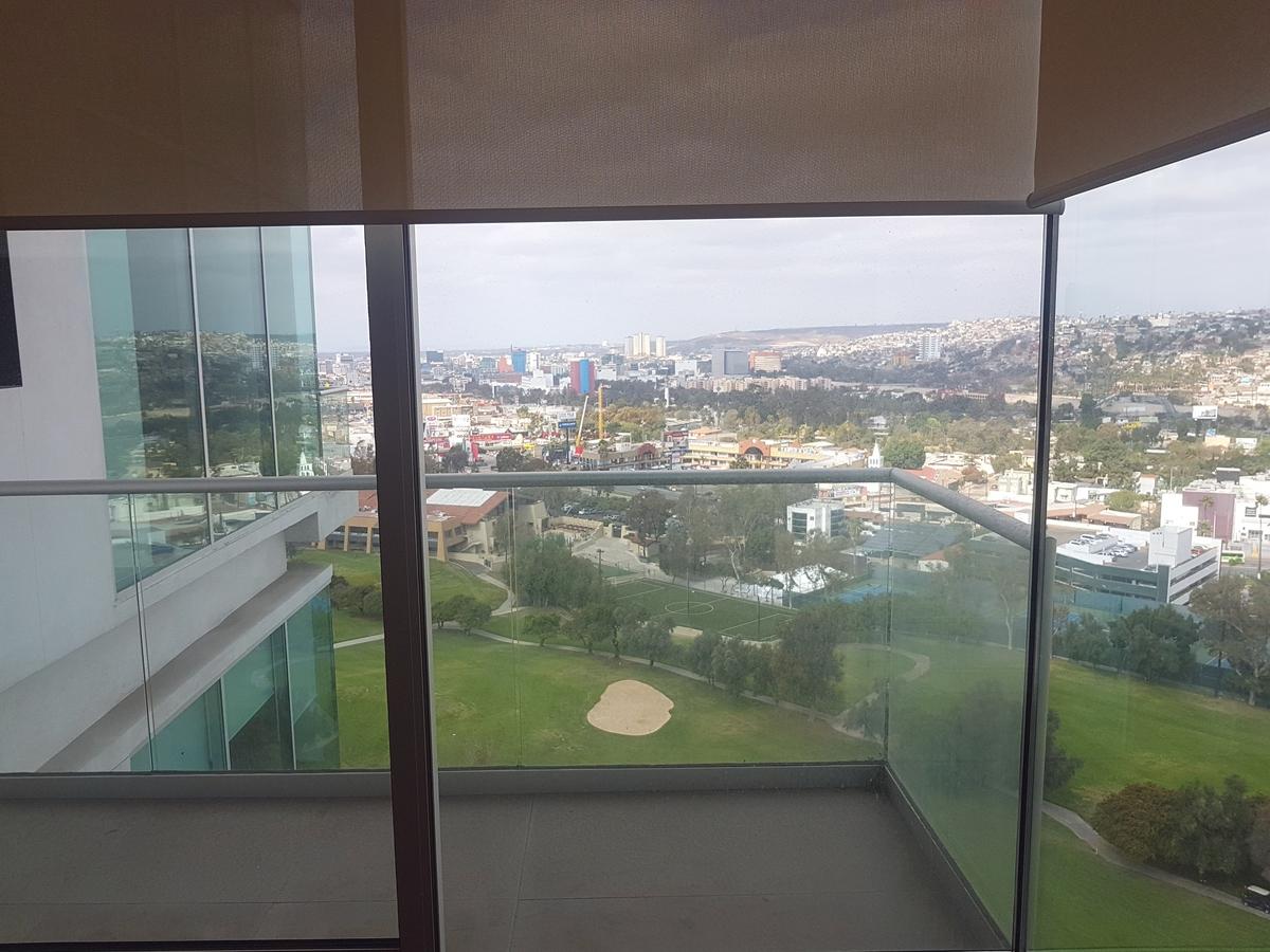 10 de 19: Vista desde la recamara principal con acceso al balcón.