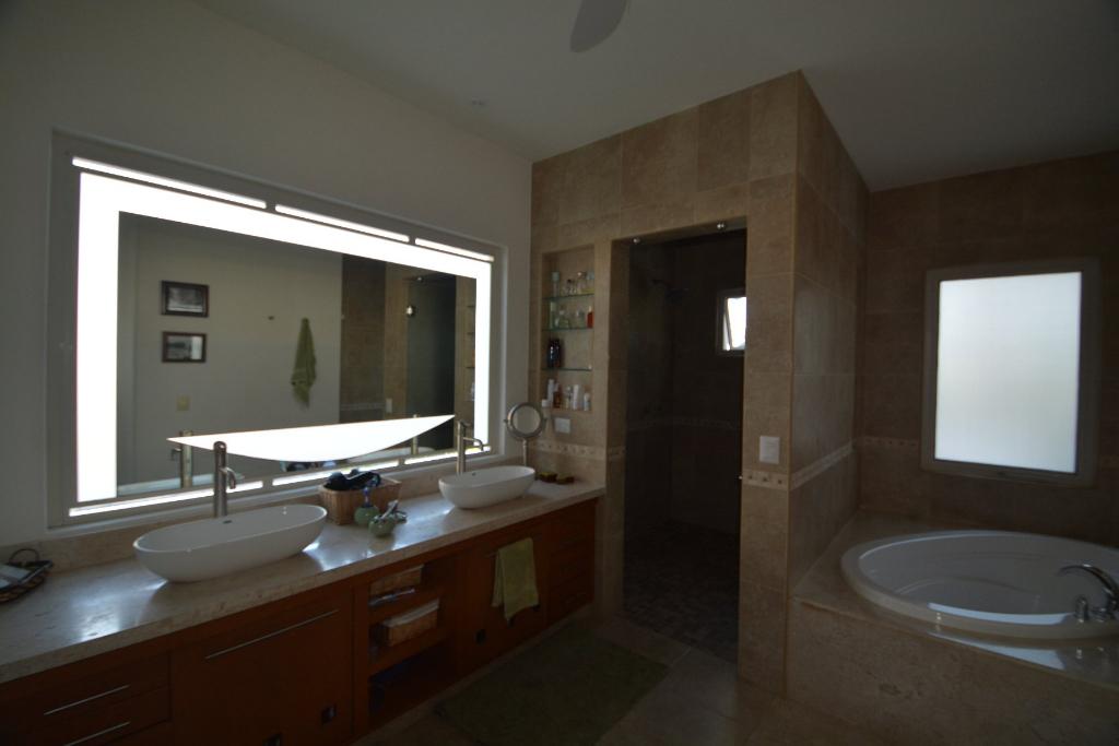 12 de 25: baño con jacuzzi