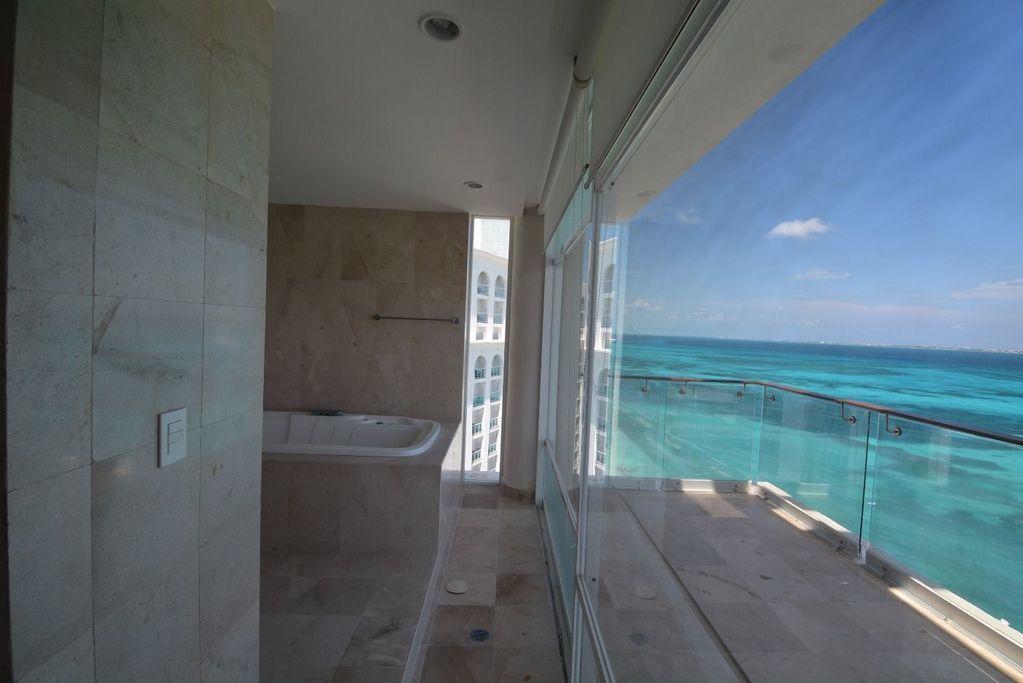 3 de 17: Terraza con vista al Mar Caribe