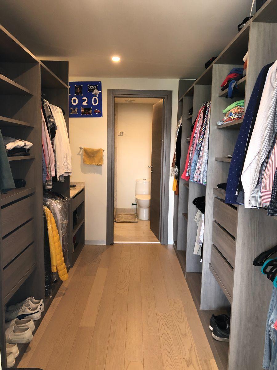 11 de 25: Walk in closet con baño completo