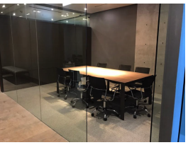 2 de 6: Sala de juntas dentro de oficina