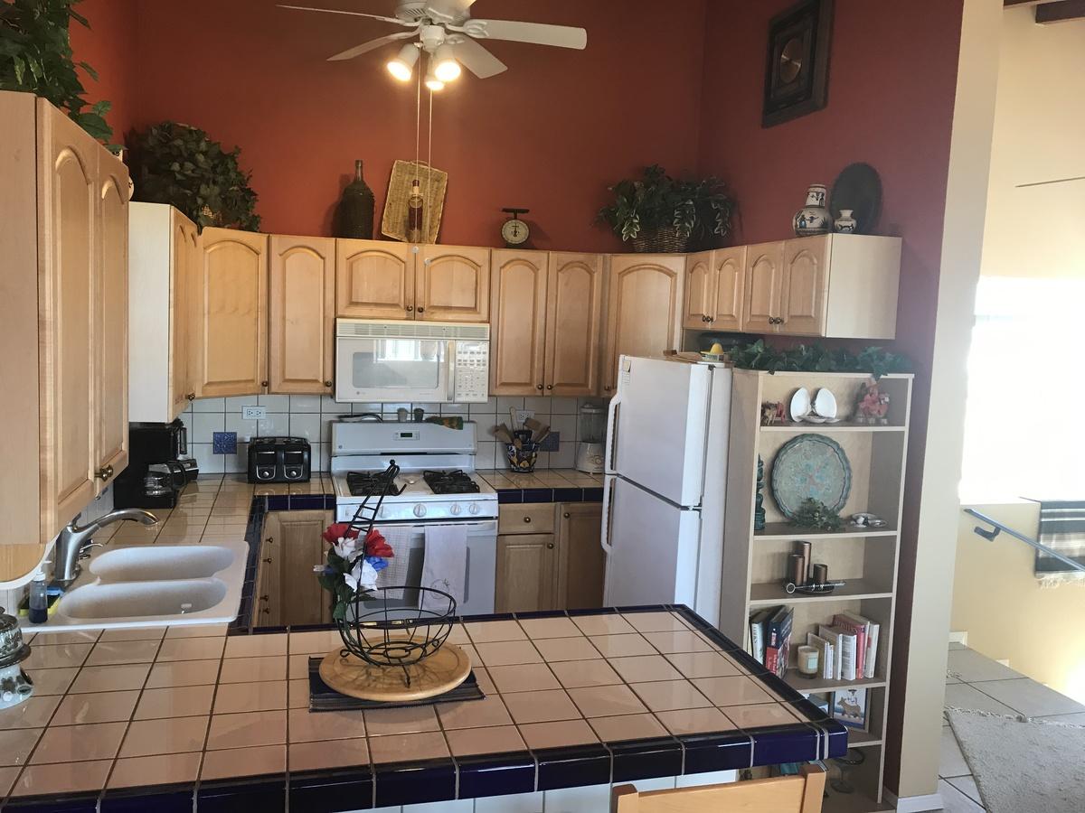 10 de 18: Cocina integral con amplio espacios de gabinetes