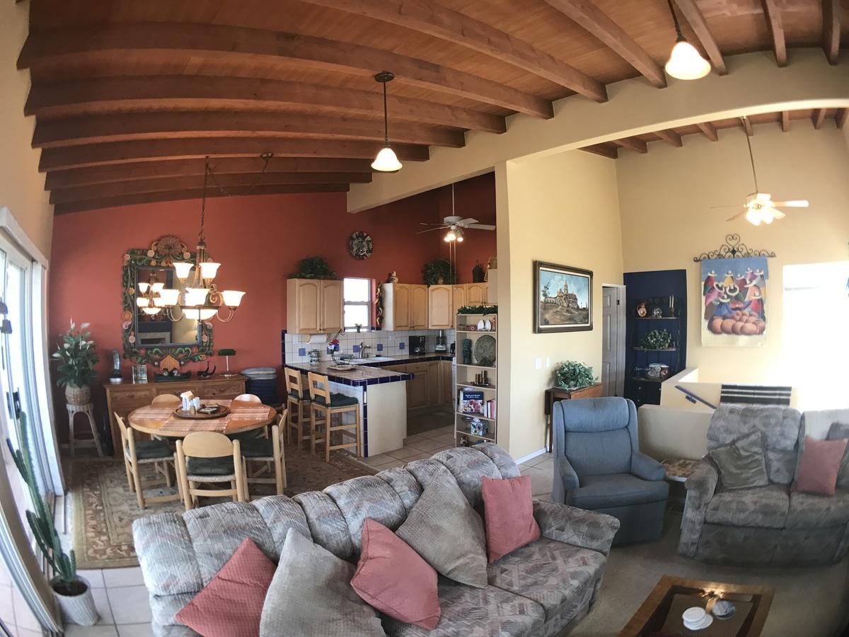 13 de 18: sala comedor , altos techos con vigas de madera