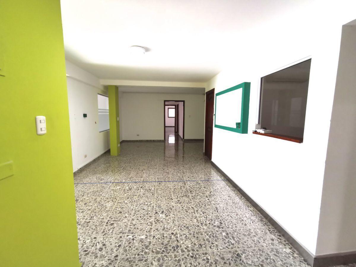3 de 42: perspectiva de la sala de espera y area de recepción