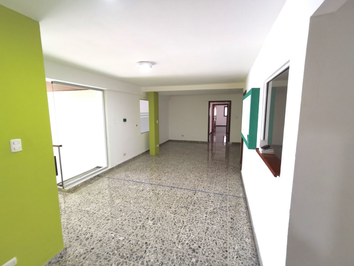 4 de 42:  sala de espera y area de recepcióny puerta de entrada