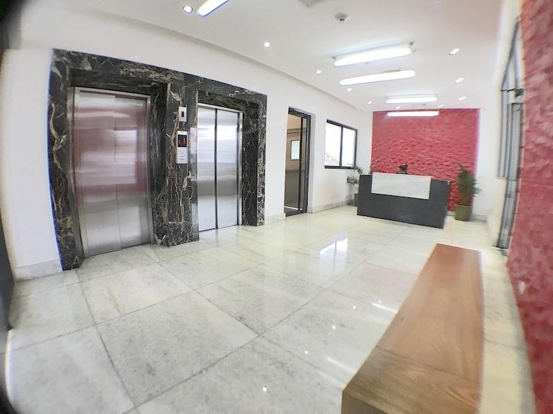 3 de 15: Lobby con acceso controlado