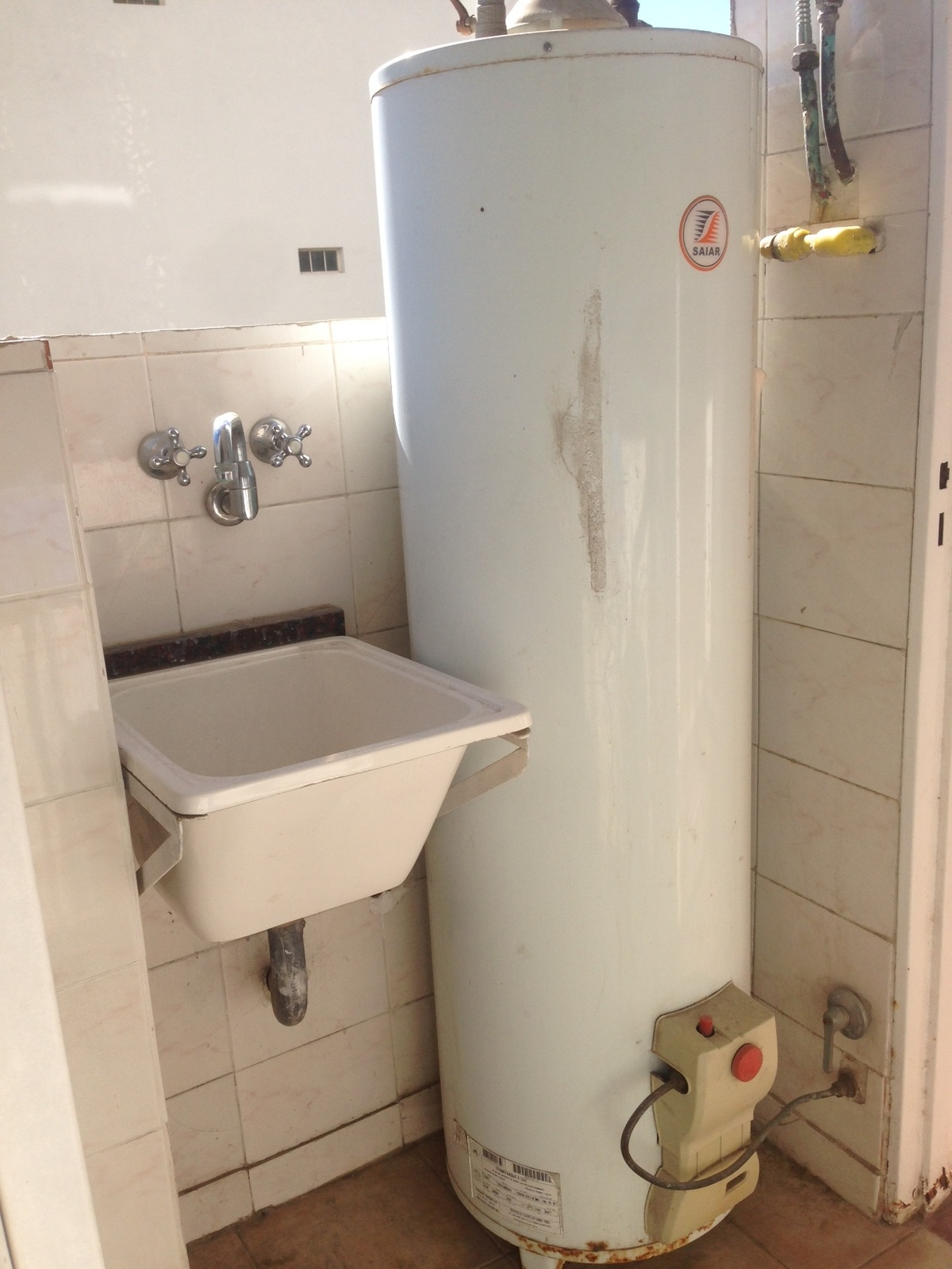 28 de 28: lavadero y termotanque