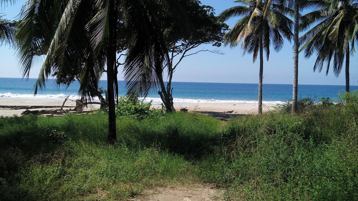 3 de 7: acceso publico playa pazcuarito