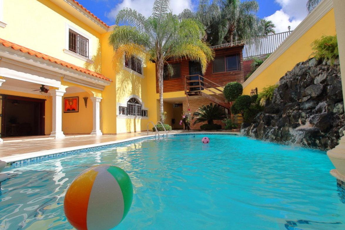 Casa en venta o alquiler con piscina en isabel villas golf for Casas con piscina barcelona alquiler