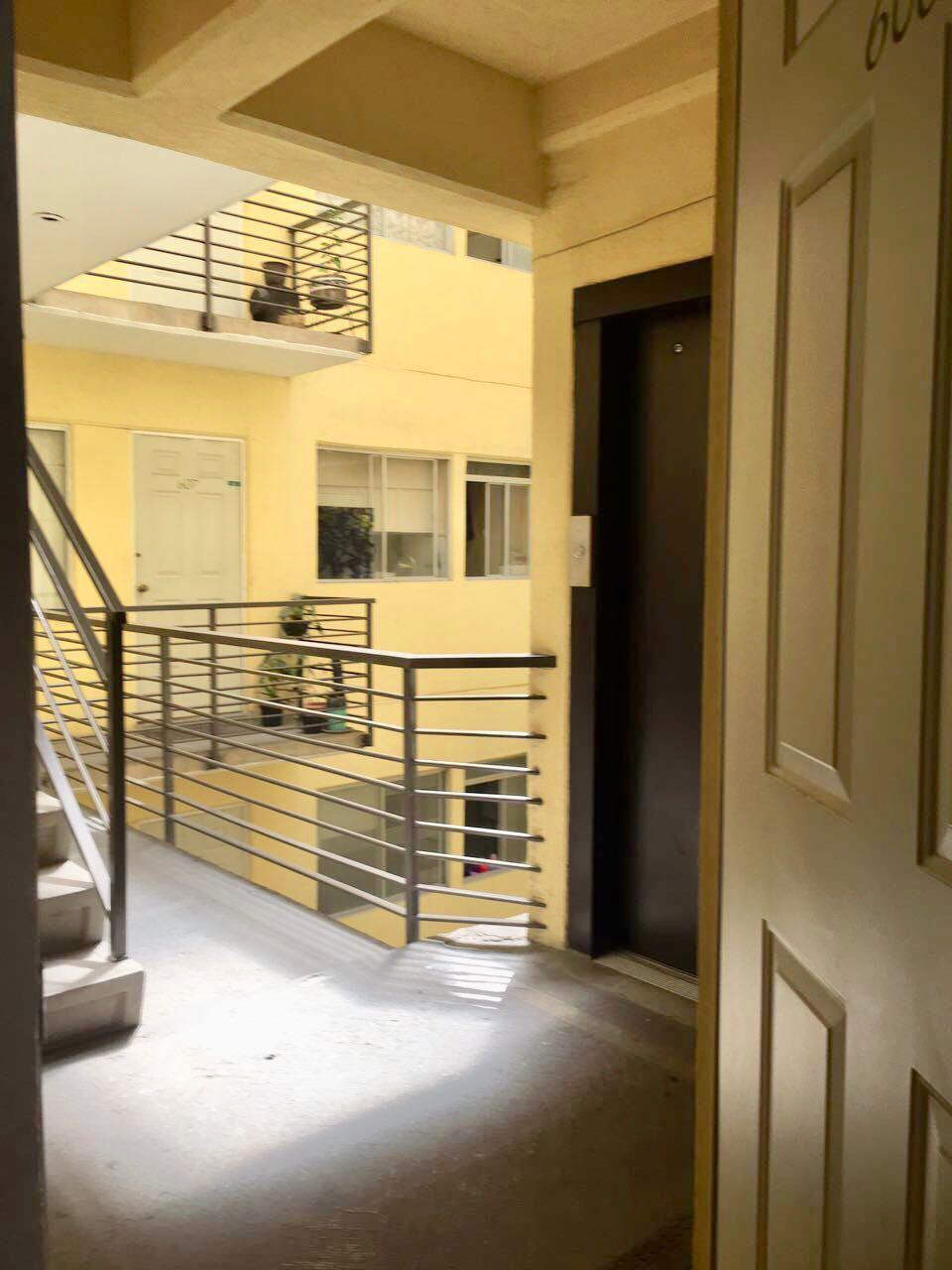 11 de 12: Saliendo del elevador está la entrada