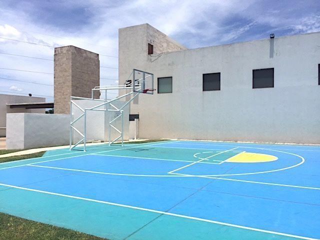 9 de 16: Cancha de basketball en área común