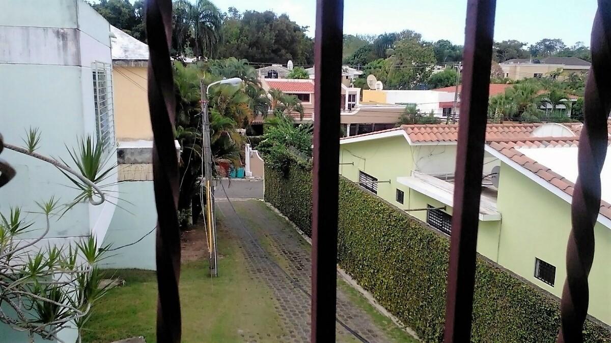 6 de 10: Vista hacia la entrada de la casa
