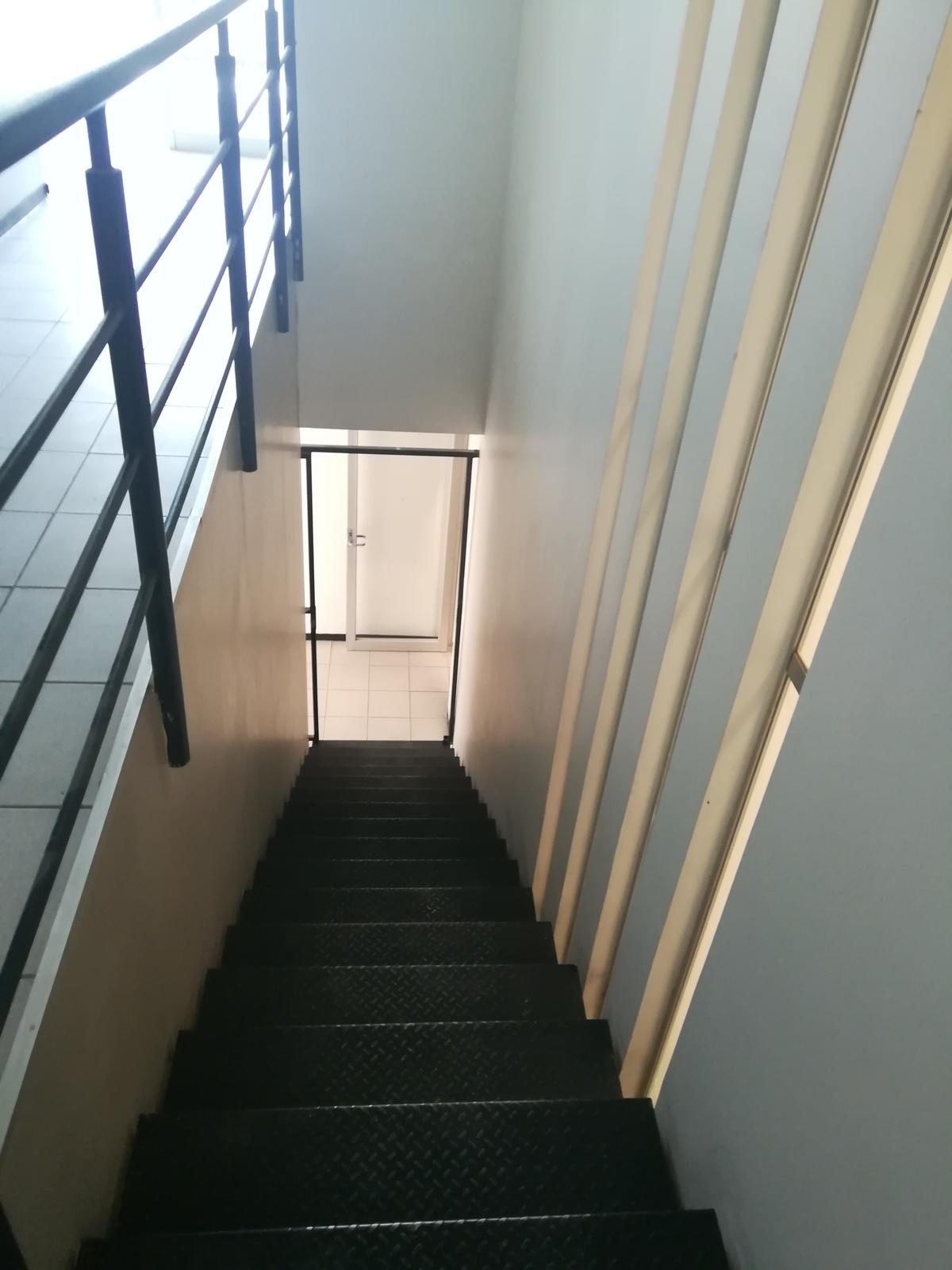 11 de 19: Escaleras de acceso al segundo nivel de oficinas