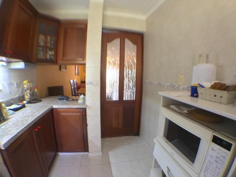 3 de 15: Otra vista de la cocina y Vista parcial desayunador