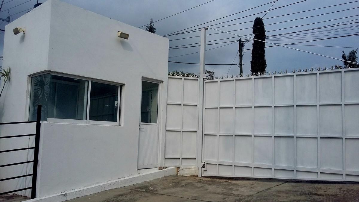 36 de 36: Portón eléctrico con caseta de vigilancia para la casa