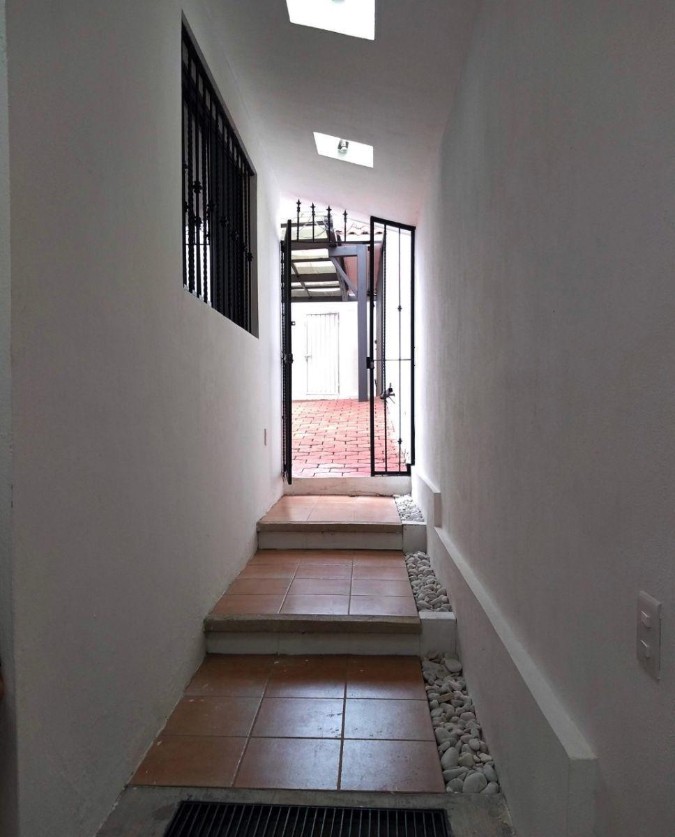 28 de 36: Pasillo que comunica a la casa con el garaje