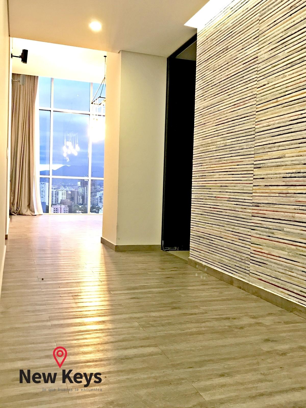 28 de 38: Hall de entrada, V1 (paredes cubiertas con tapetes de India)