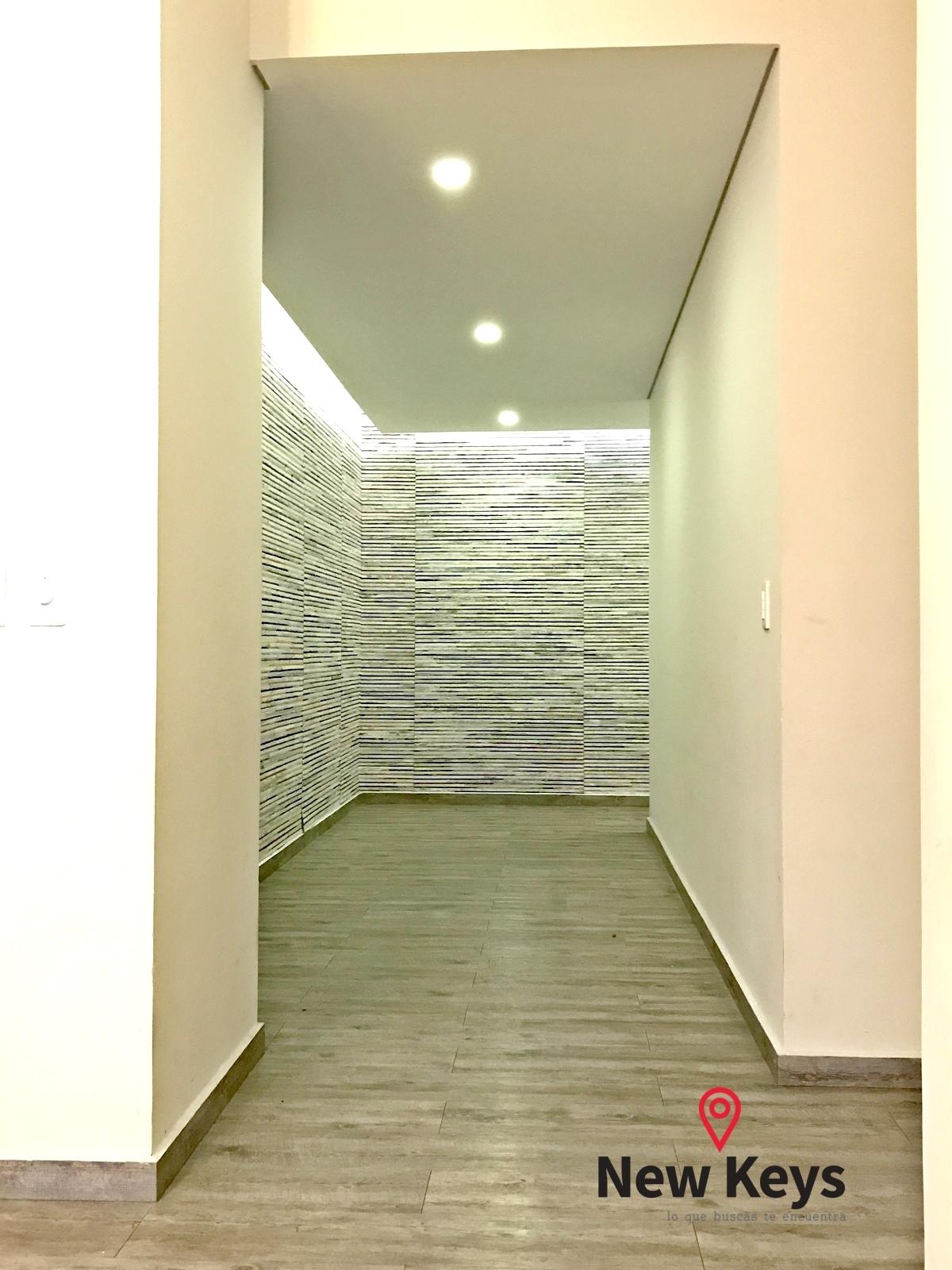 26 de 38: Hall de entrada, V2 (paredes cubiertas con tapetes de India)