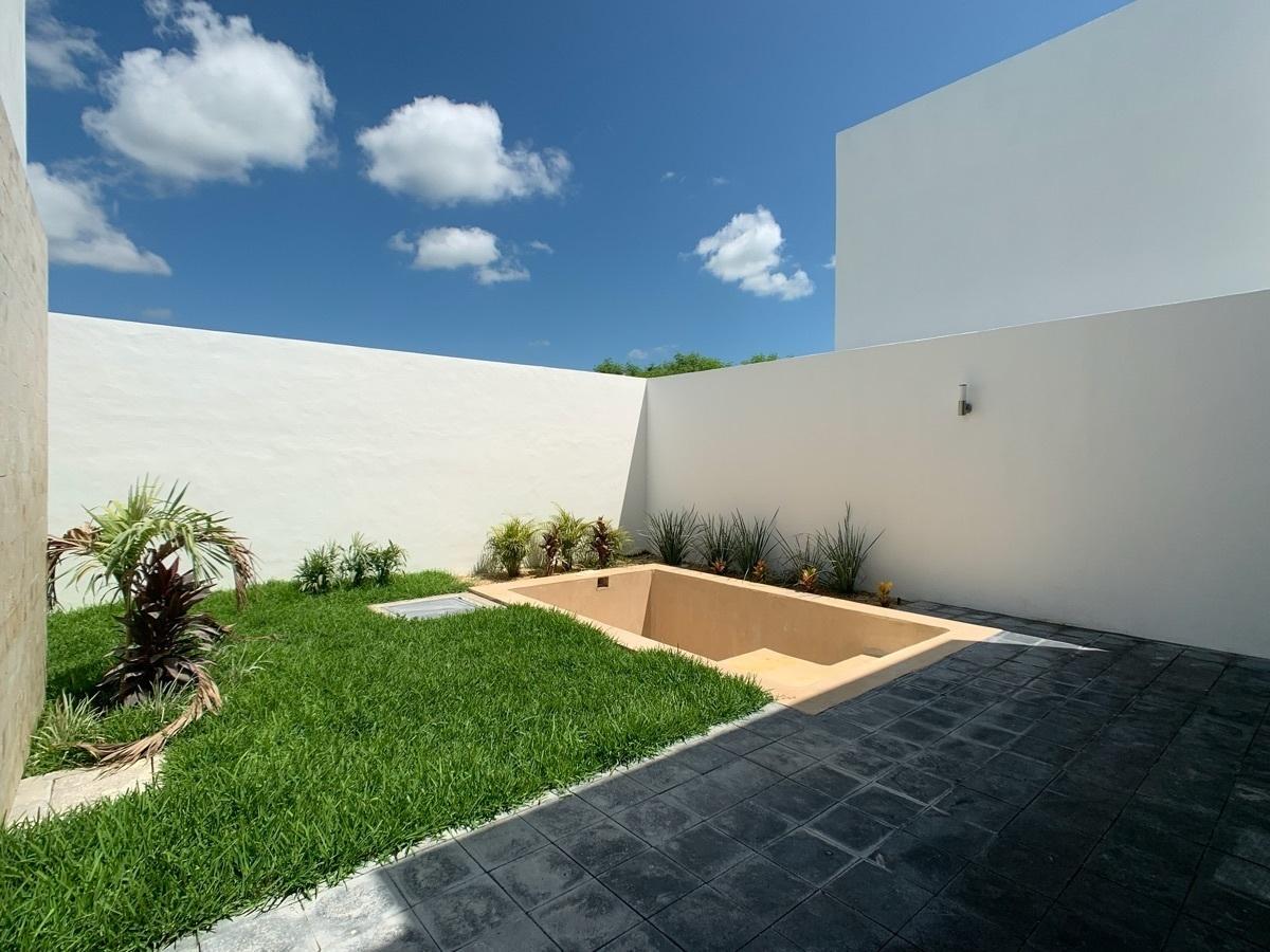 29 de 42: Terraza y Jardín Trasero