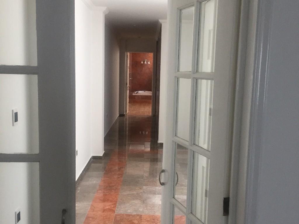 13 de 27: área de recámaras separada por puerta de sala