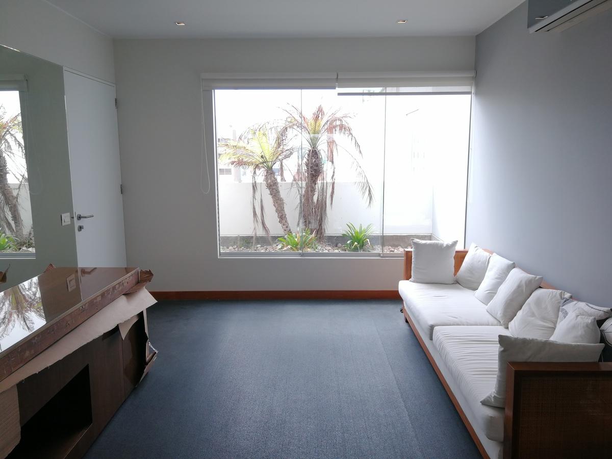 12 de 22: Área que podría ser escritorio con vista a jardinera