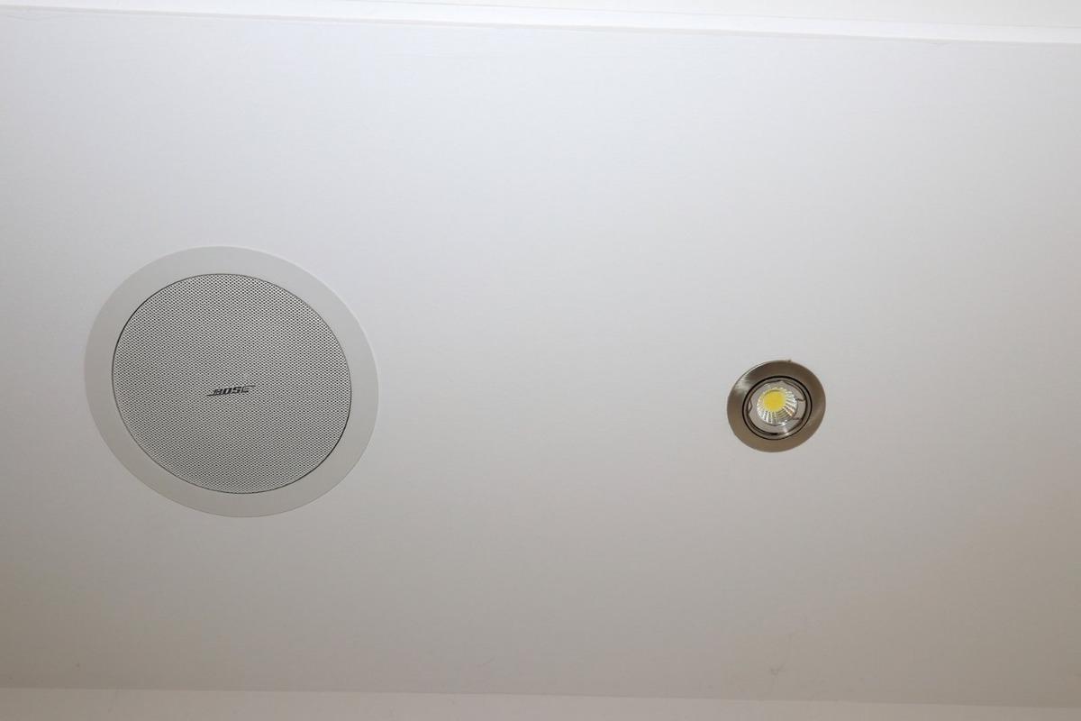 23 de 30: Techos Modernos con sistema de audio y luces empotradas