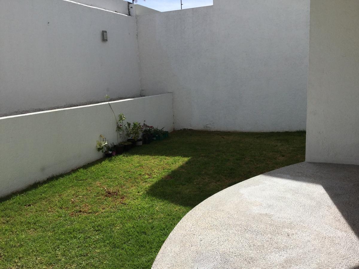 4 de 12: Jardín posterior y terraza