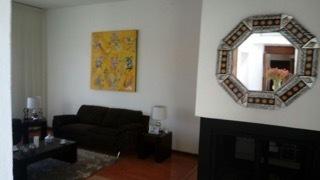 2 de 6: Sala con piso de madera