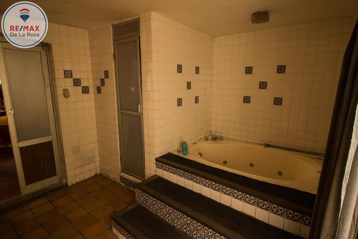 11 de 23: Baño con tina