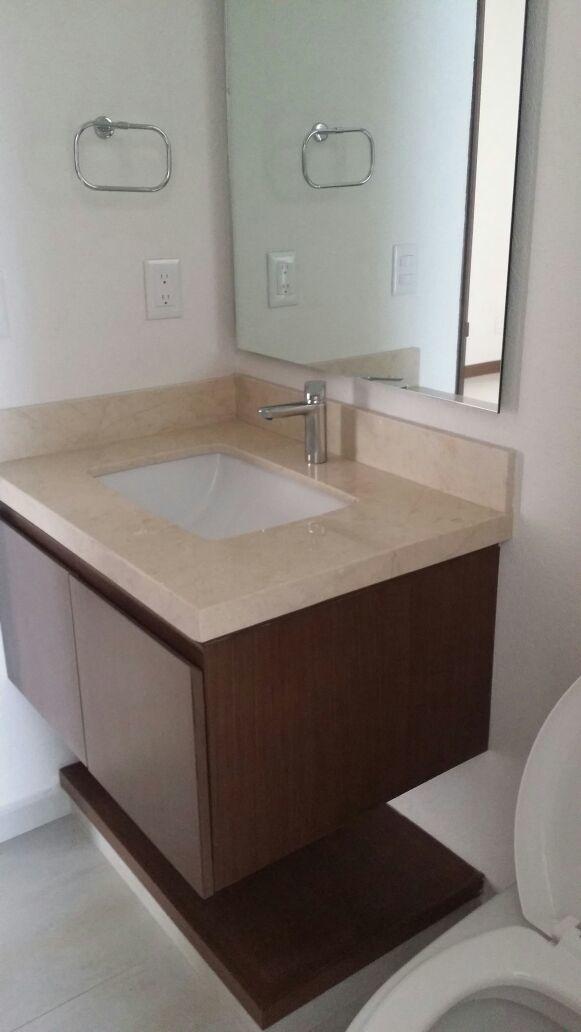 24 de 43: Baño con modernos accesorios que facilitan la limpieza.