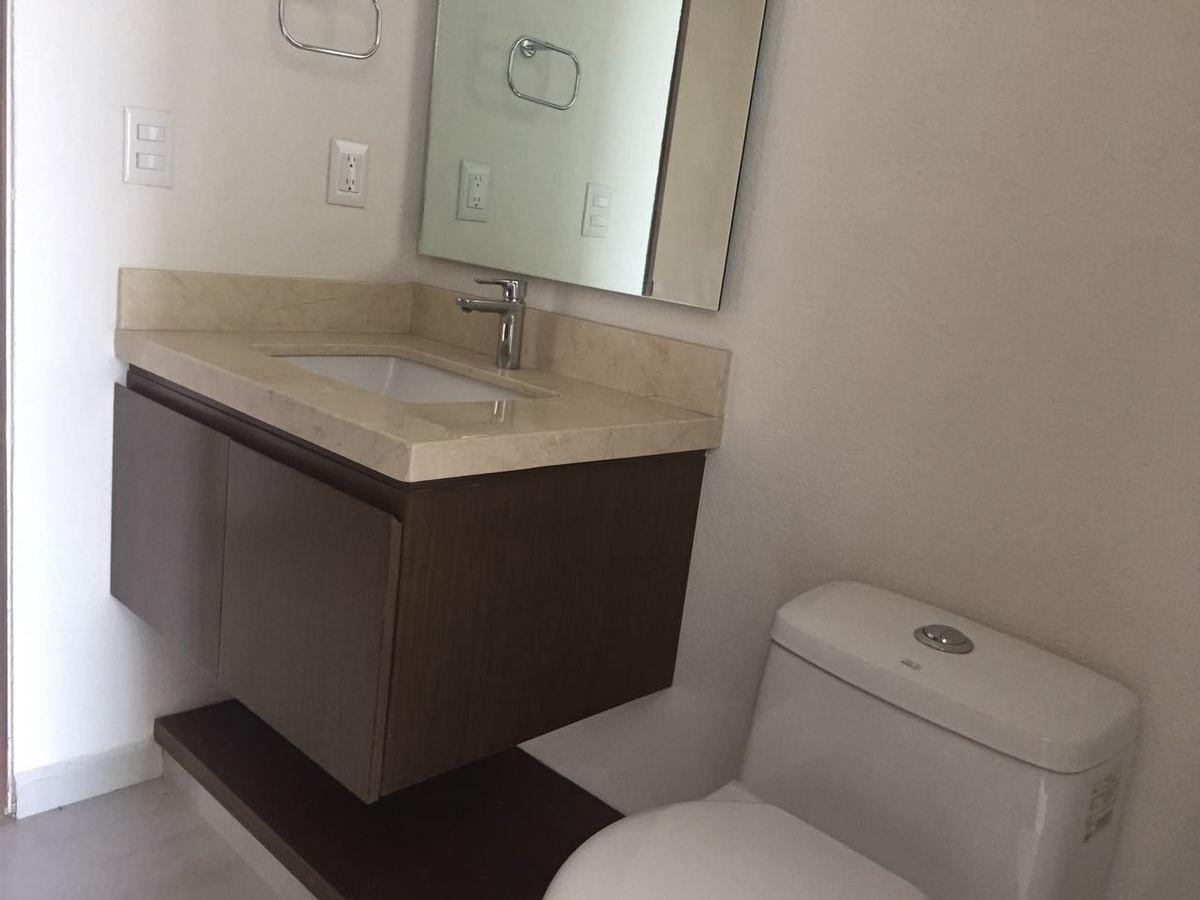30 de 43: Baños con marmol y muebles modernos