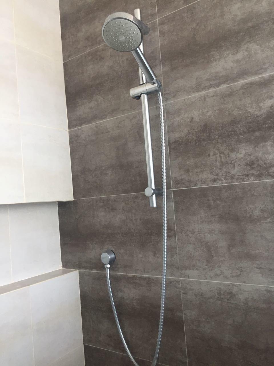 31 de 43: Regadera con finos accesorios en baño.