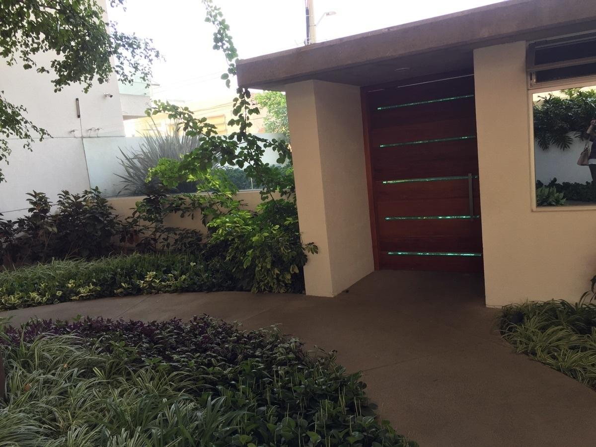 3 de 43: lobby interior con jardin