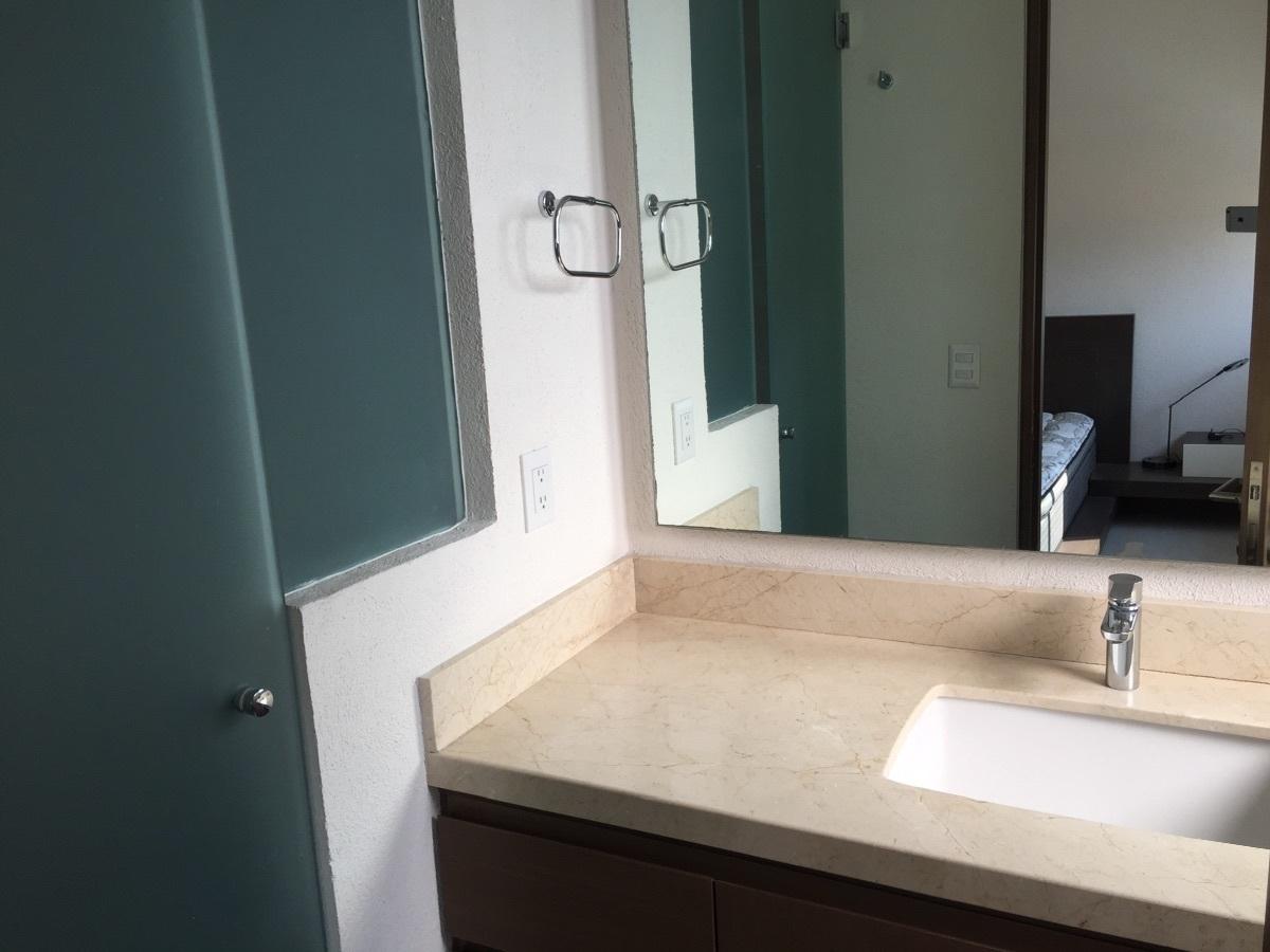32 de 43: baño con puertas de cristal templado satinadas
