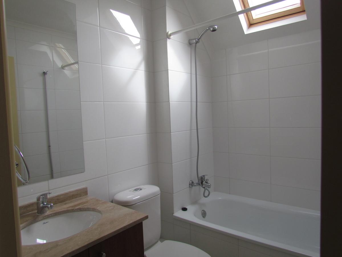 9 de 14: Baño completo y luminoso en segundo piso.