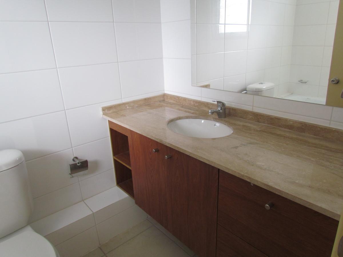 11 de 14: Baño dormitorio principal,cubierta de marmol.