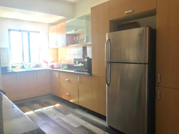 11 de 16: Cocina con piso de madera