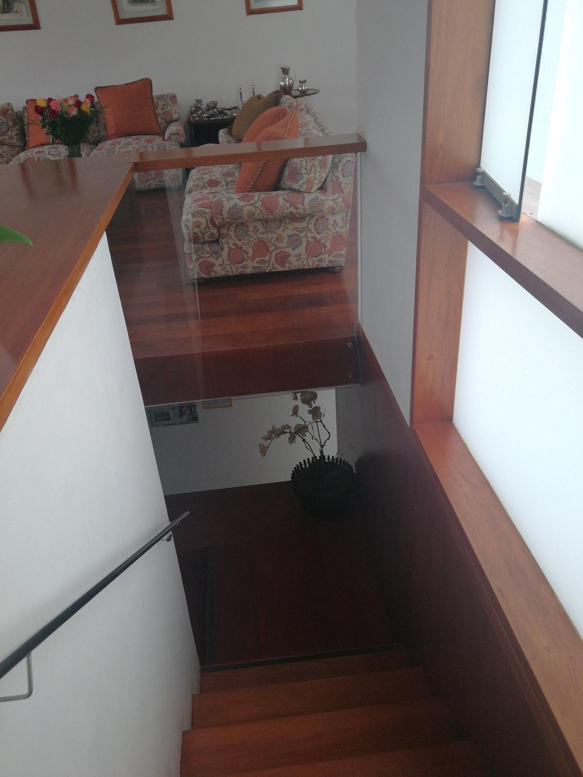 17 de 31: Linda escalera con vidrios para destacar luz