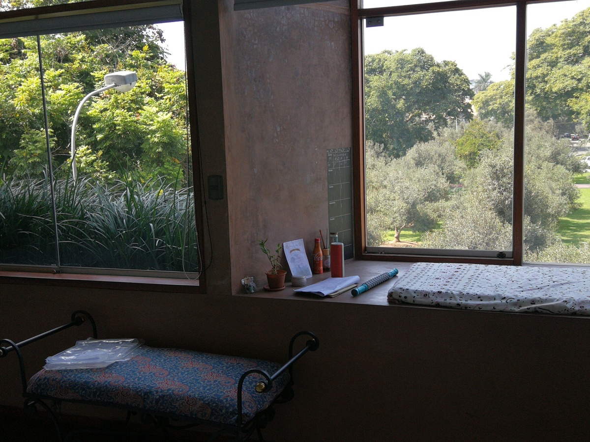 22 de 31: Bow window en dormitorio Secundario con vista al bosque