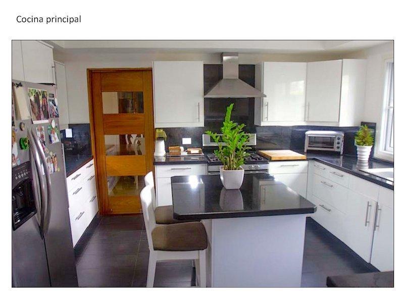 3 de 13: Cocina con isla integrada y buena ventilación