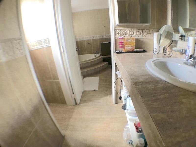 11 de 19: Baño habitación principal con Jacussy y ducha