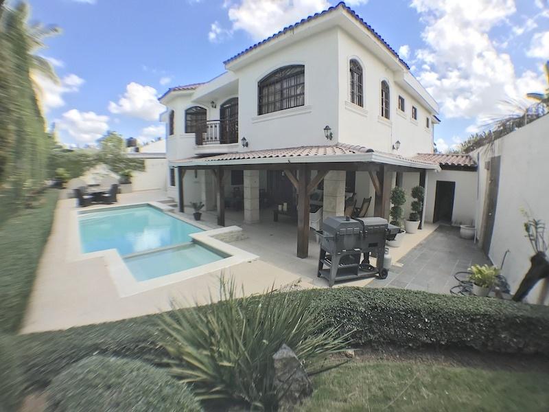 1 de 19: Patio, piscina, terraza y fachada trasera
