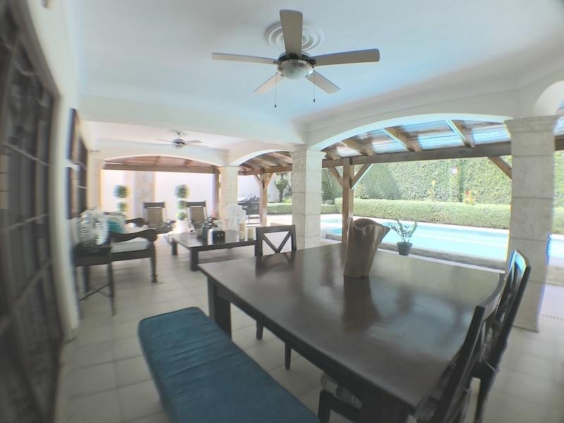 4 de 19: Terraza abierta frente al patio y piscina