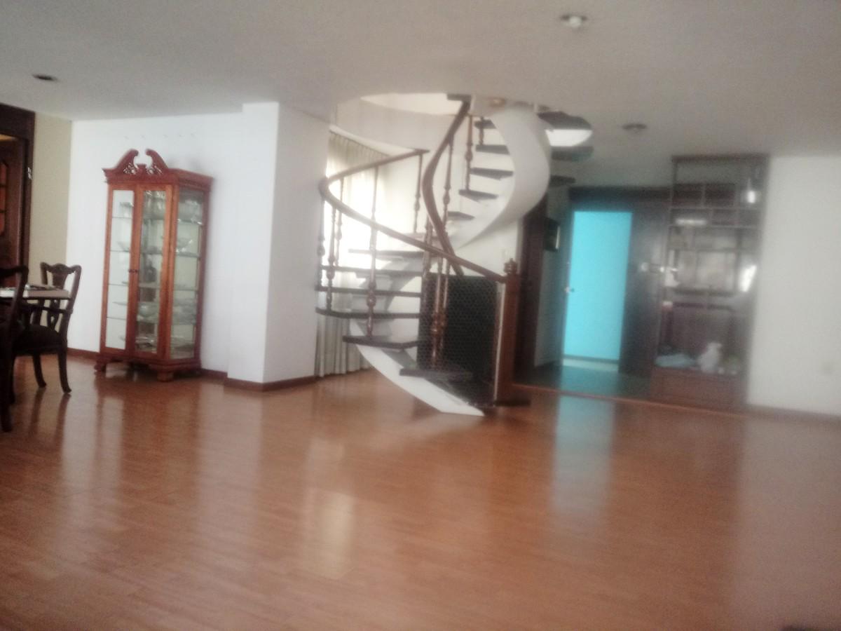 7 de 17: Sala y escalera al 2o. piso