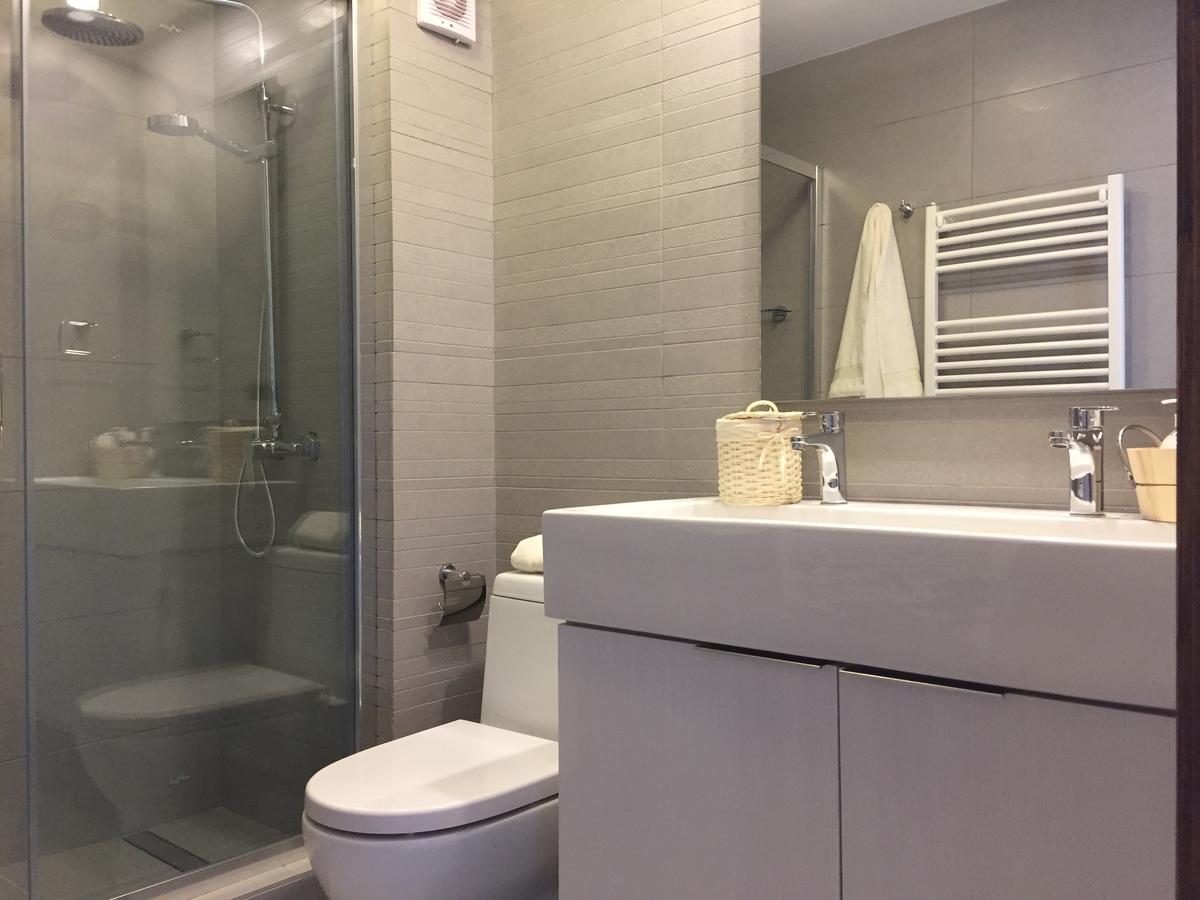 14 de 17: Baño principal con vanitorio con doble grifería