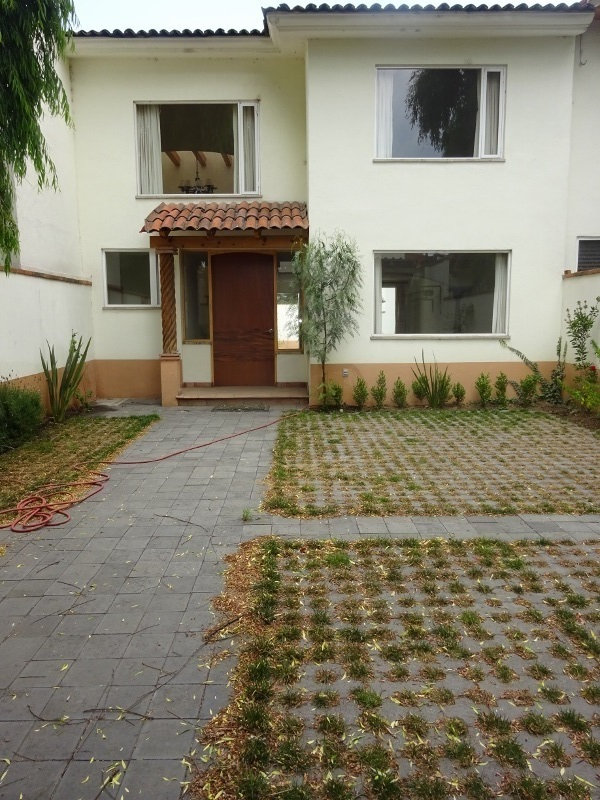 1 de 12: Cochera y jardín delantero